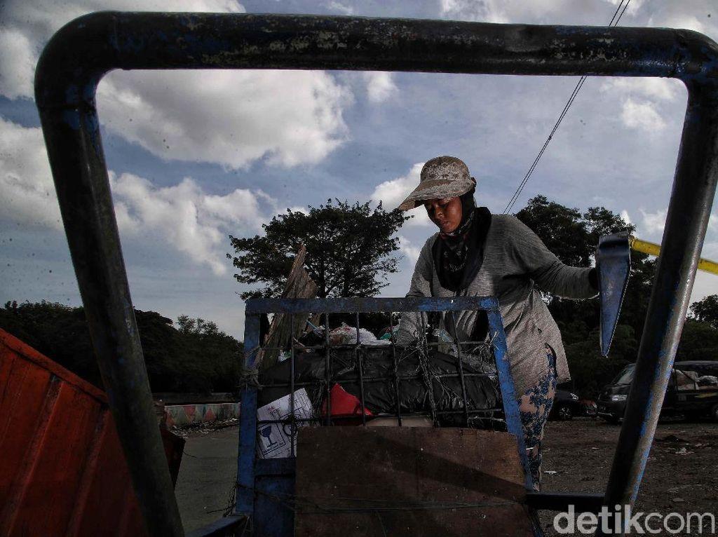 Dilema Pemulung Jakarta di Tengah Pandemi Corona