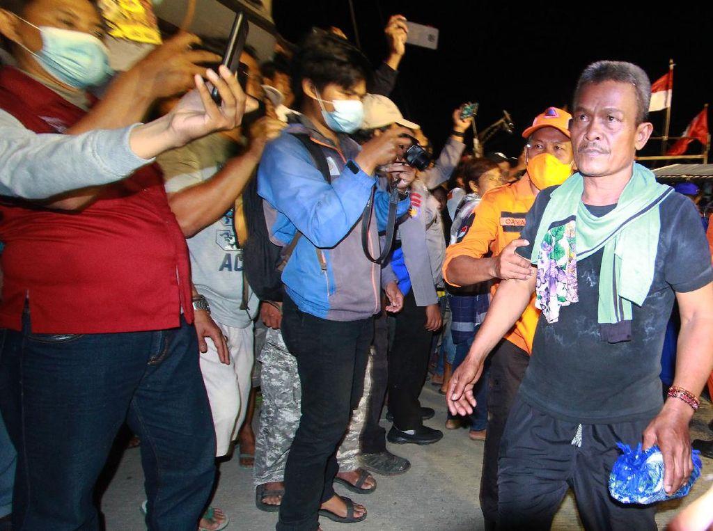Suasana Penyelamatan 15 ABK dalam Tabrakan Kapal di Indramayu
