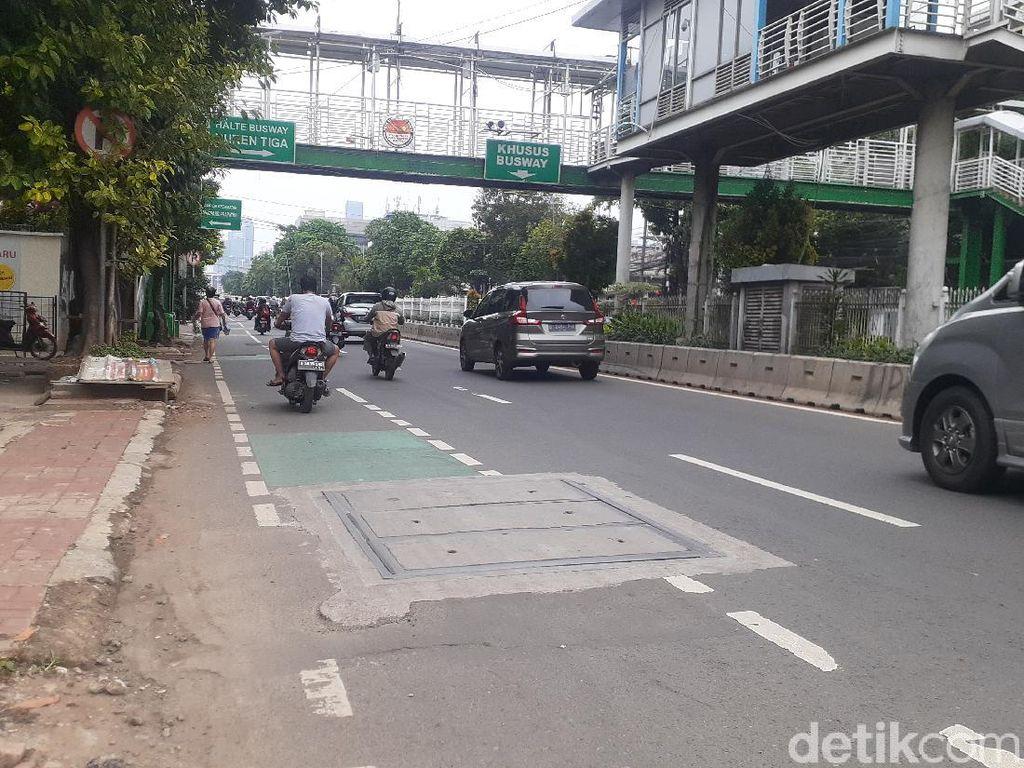 Galian Manhole di Mampang Selesai, Kabel-kabel di Tiang Segera Diturunkan