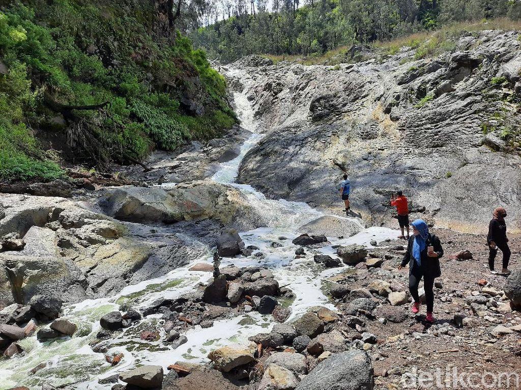 Kalipait, Sungai Berair Sangat Asam dari Kawah Gunung Ijen di Bondowoso