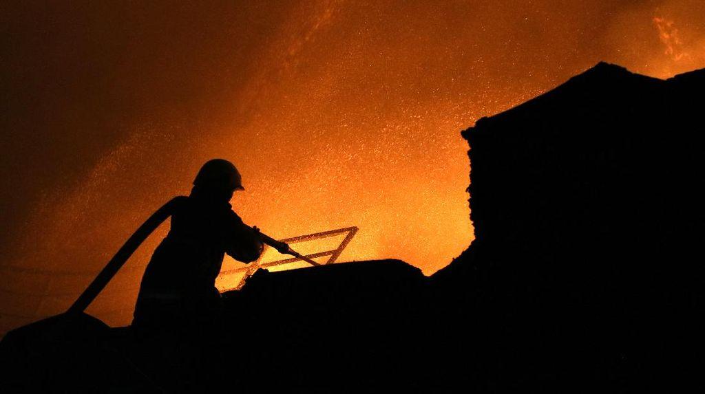 Api Mengamuk di Pabrik Plastik Surabaya