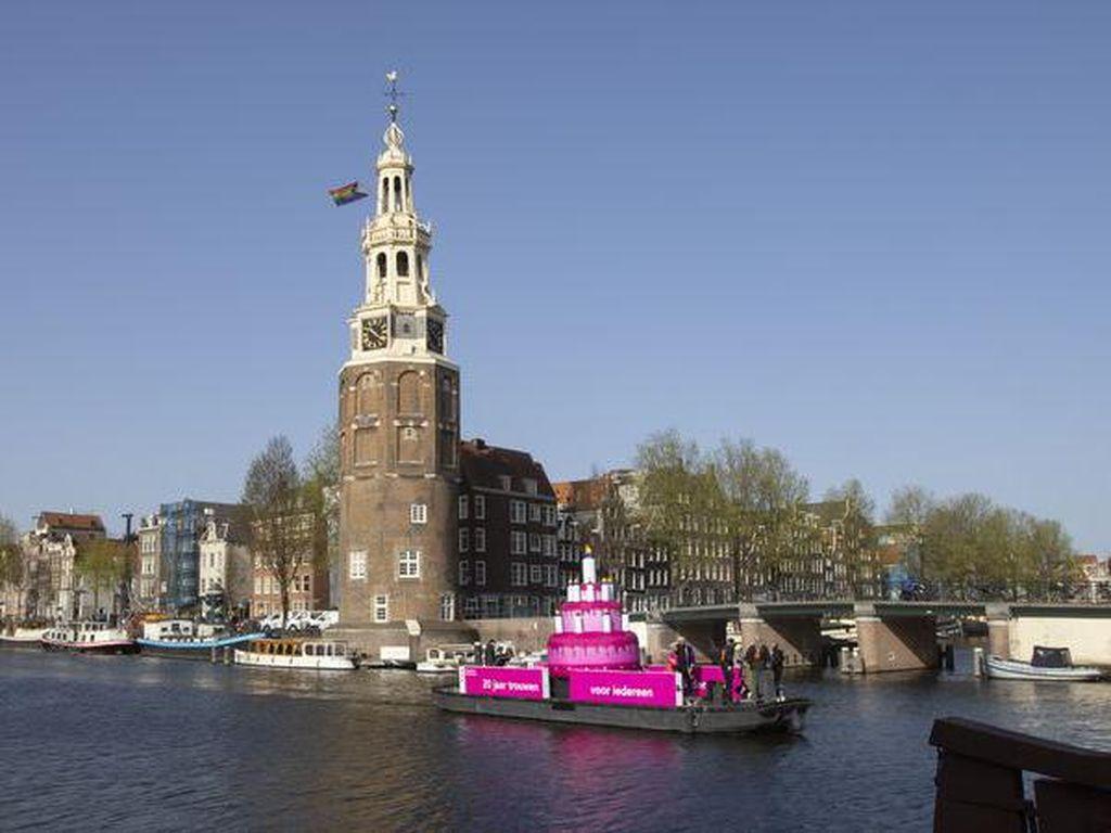 Penampakan Kue Pink Raksasa di Kanal Amsterdam