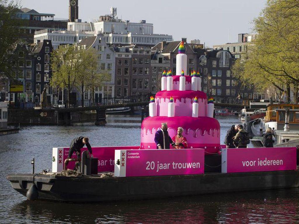 Kue Ultah Warna Pink Hiasi Kanal Amsterdam, Rayakan Apa Ya?