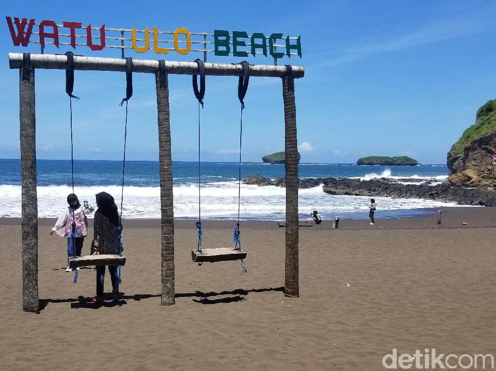 Pantai Watu Ulo Jember Enggak Kalah Indah dari Kuta dan Jimbaran