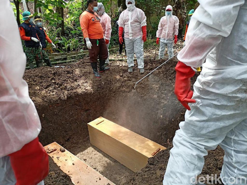 Dua Jenazah Pasien COVID-19 di Ponorogo Dimakamkan Dalam Satu Liang Lahat