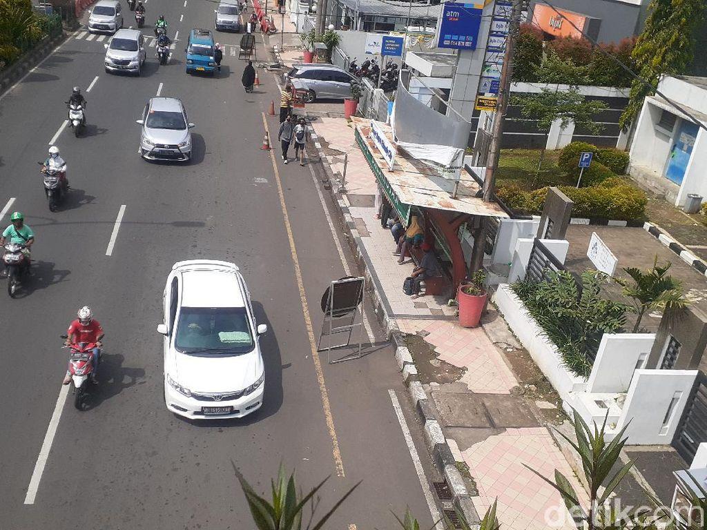 Pejalan Kaki Harapkan JPO Balai Kota Depok Bebas Parkir Liar Selamanya