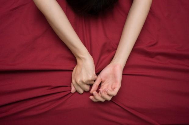 Meskipun akses g-spot yang mudah adalah salah satu keuntungan besar dari fingering, pastikan untuk tidak mengabaikan klitoris.