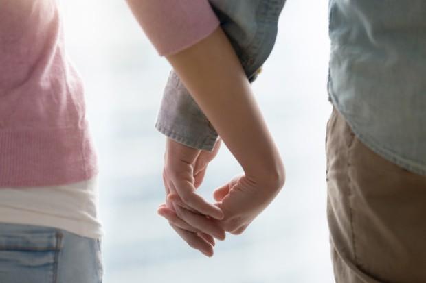Biarkan pasangan kamu menjadi pusat perhatianmu. Kecuali jika ada masalah keamanan, si kecil dapat menunggu sebentar saat kamu selesai dengan urusanmu bersama pasangan kamu.