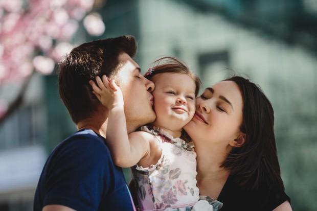 Tunjukkan kasih sayang dengan bebas dan sering. Berikan ciuman dan pelukan untuk menunjukkan cinta yang lebih besar.