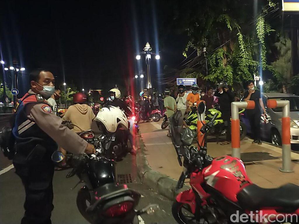 Polisi Bubarkan Massa yang Nyaris Tawuran di Jalan Ketabang Kali Surabaya