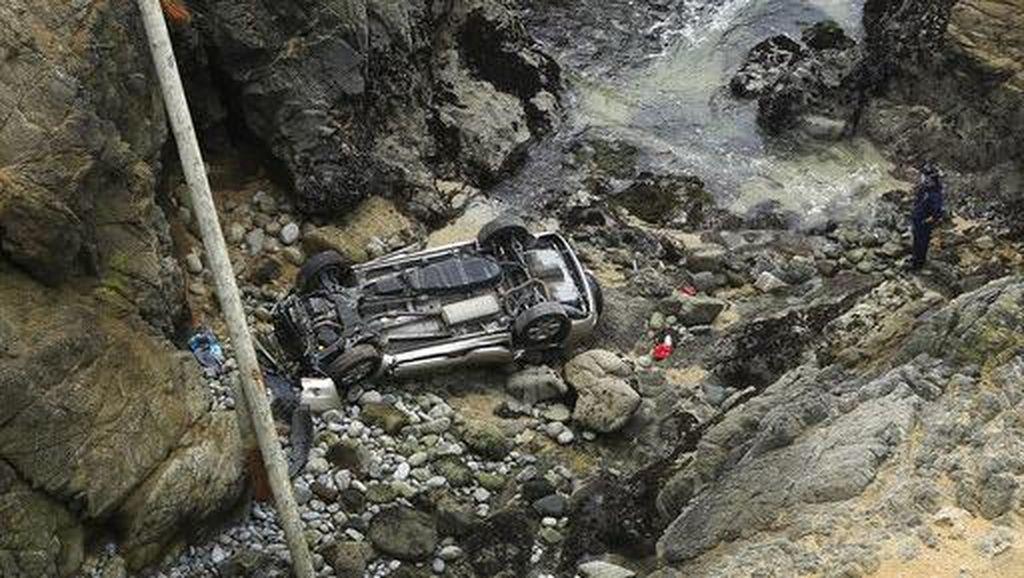 Waduh, Ada Mobil Jatuh dari Tebing di California