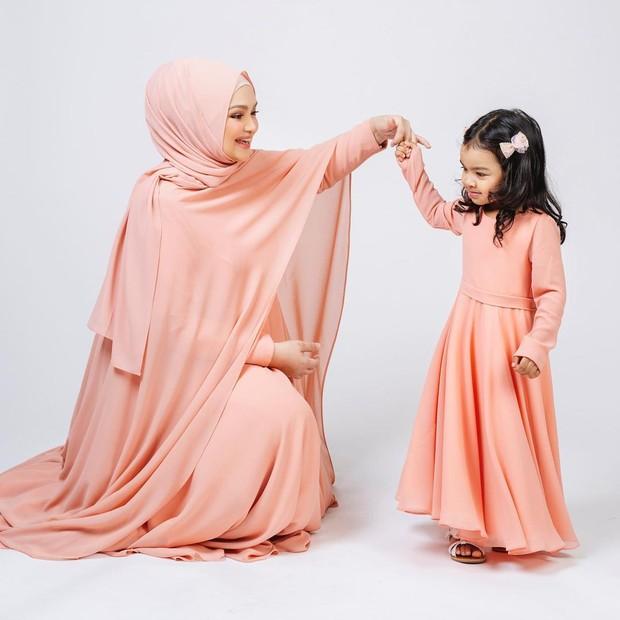 Maternity shoot ala Siti Nurhaliza bersama sang putri.
