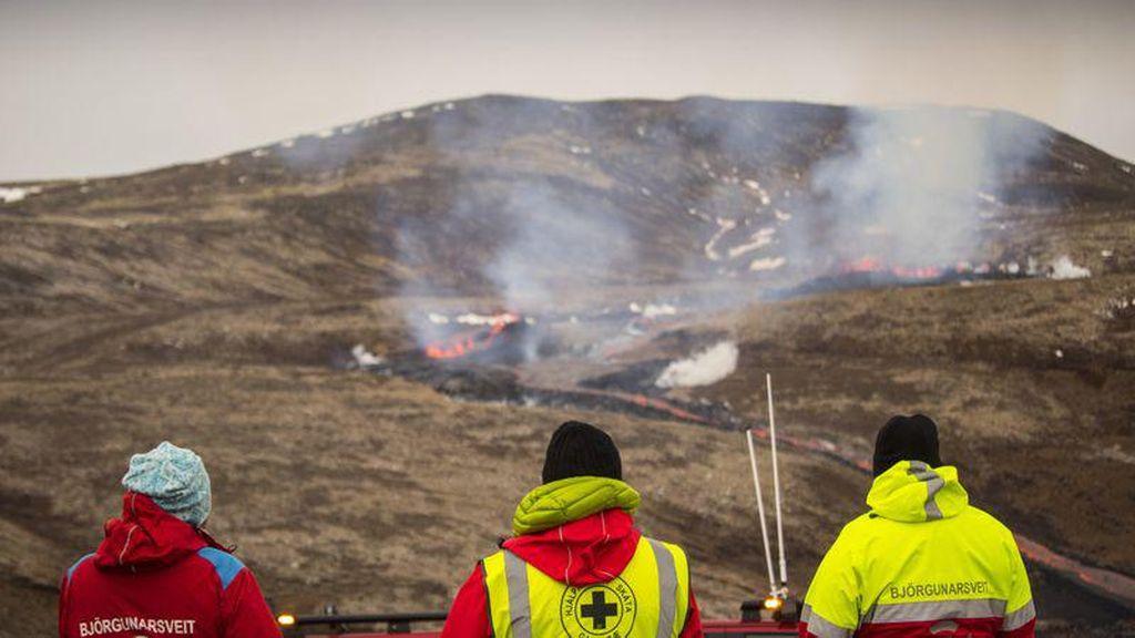 Nggak Ada Takutnya, Lava Gunung Berapi Islandia Jadi Tontonan