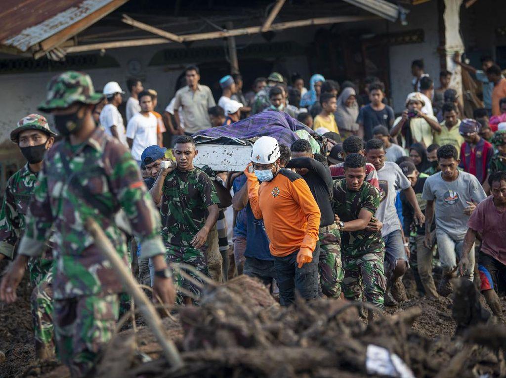 Momen Evakuasi Korban Banjir Bandang di Adonara