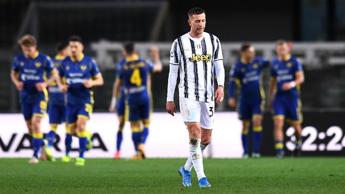 VERONA, ITALY - FEBRUARY 27: Federico Bernardeschi of Juventus reacts after conceding their sides first goal during the Serie A match between Hellas Verona FC and Juventus at Stadio Marcantonio Bentegodi on February 27, 2021 in Verona, Italy. Sporting stadiums around Italy remain under strict restrictions due to the Coronavirus Pandemic as Government social distancing laws prohibit fans inside venues resulting in games being played behind closed doors. (Photo by Alessandro Sabattini/Getty Images)