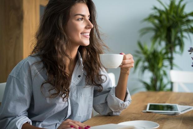 Kafein yang terus dikonsumsi bisa membuat kamu ketagihan dan merasa kurang ketika berhenti mengonsumsinya.