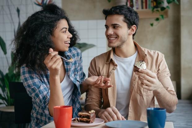 Libra banyak menceritakan kehidupan pribadi mereka kepada orang asing, mungkin mereka merasa jika terbuka maka ikatan mereka dan orang lain terbentuk lebih cepat.