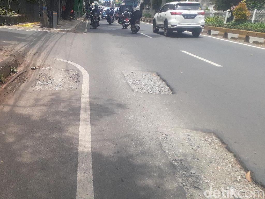 32 Lubang Bekas Galian Manhole Jl Mampang Prapatan Belum Ditambal
