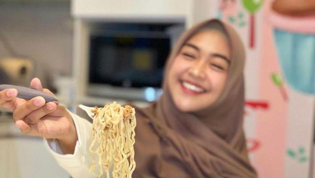 Mantul! Ria Ricis Paling Doyan Makan Ayam Goreng dan Mie Instan