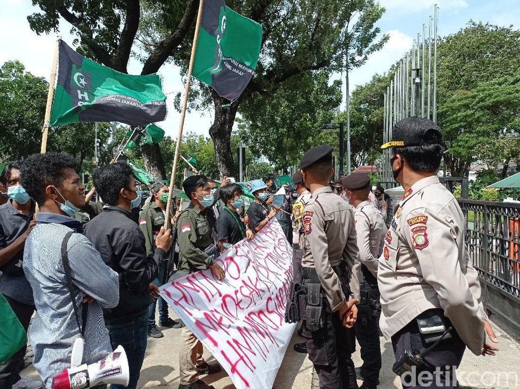 Suasana Demo Massa Beratribut HMI di Balai Kota Jakarta