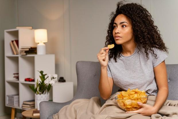 Terbiasa mengonsumsi camilan akan membuat kamu ketergantungan untuk terus makan setiap harinya, padahal belum tentu sehat.