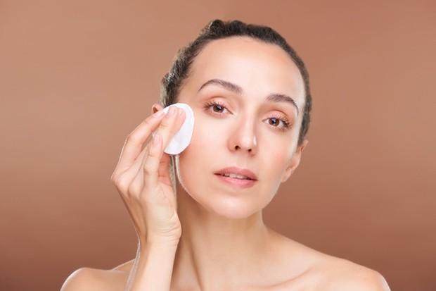 Menggabungkan pemakaian exfoliating toner dan retinol/freepik.com