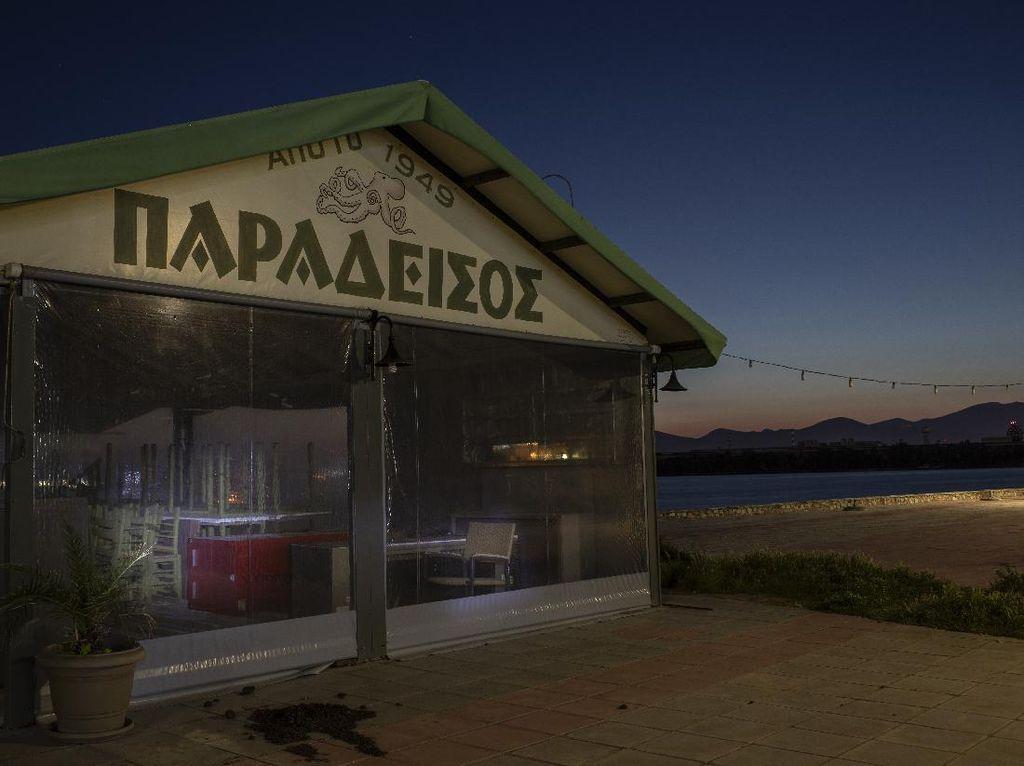 Tempat Nongkrong di Yunani Kini Bak Kota Mati