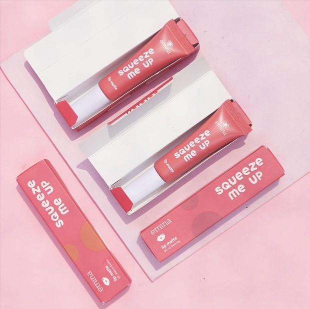 Kemasan tube yang enggak mudah tumpah sanga membantu kamu mengaplikasikan lipstik tanpa perlu khawatir terbuang percuma.