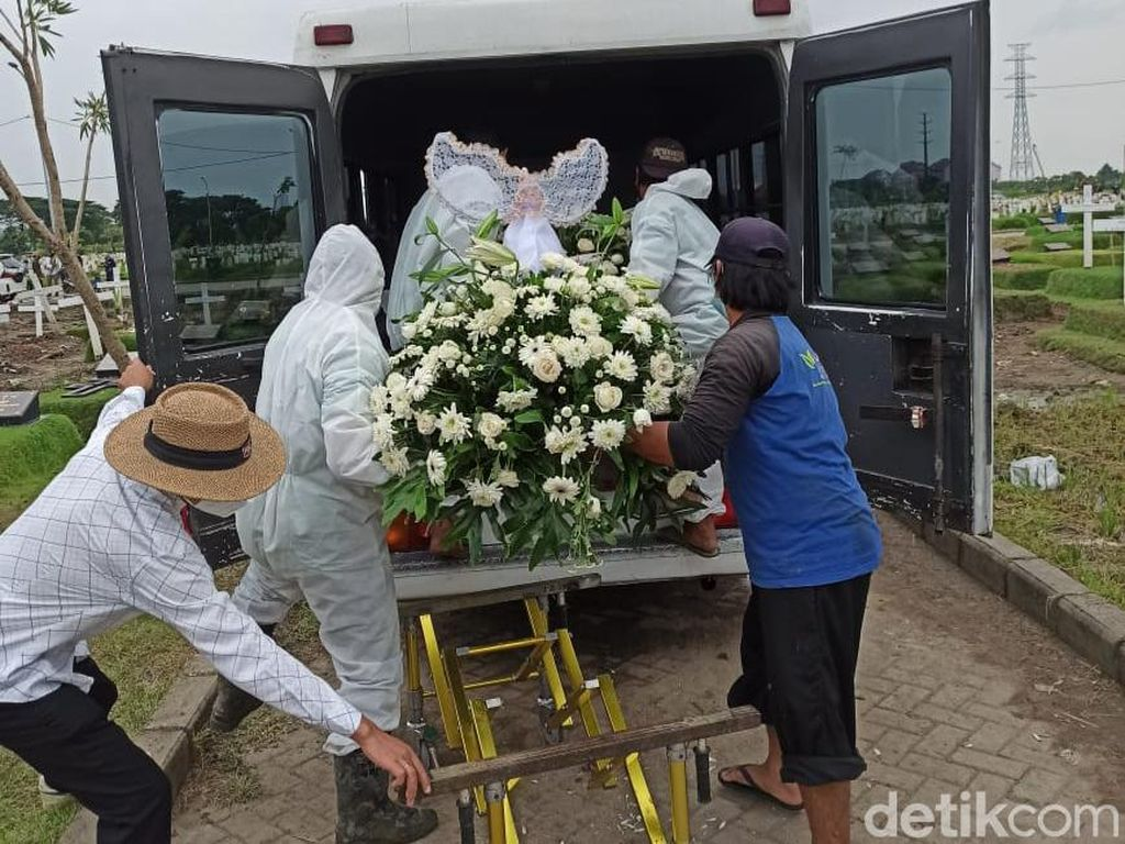 Pengacara di Surabaya Lega Jenazah Ayahnya Dipindah dari Makam COVID-19
