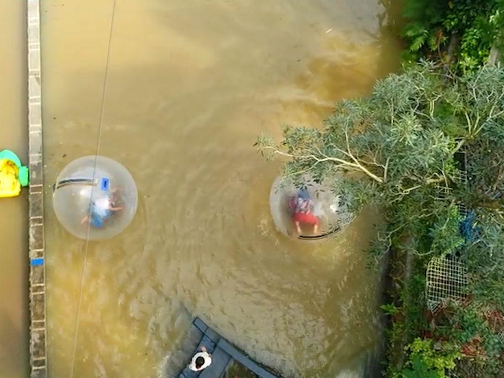 Celebrity on Vacation: Keseruang Main Water Ball Ride di Cianjur
