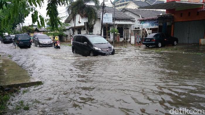 Banjir di ruas jalan STM, Kelurahan Suka Maju, Kecamatan Medan Johor, Medan Sumut.
