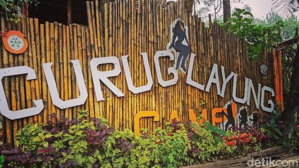 Berada di ketinggian 1.400 MDPL, Curug Layung menjadi destinasi wisata di Kabupaten Bandung Barat yang cocok dijajal di akhir pekan. Curug Layung menyediakan camping ground dengan suasana di tengah hutan pinus. (Erna Mardiana/detikTravel)