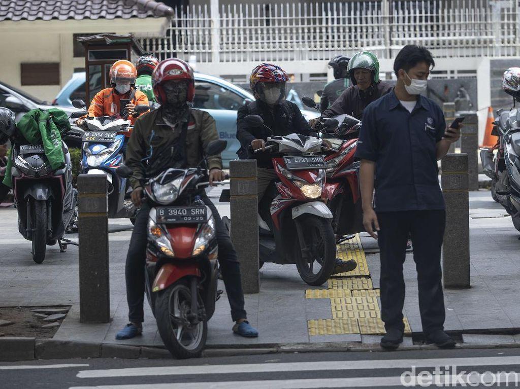 Beda Bina Marga dan Dishub DKI soal Penghalang Trotoar Depan Kuningan City