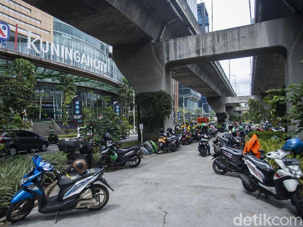 Duh, Motor Parkir Liar di Trotoar Kuningan Bikin Sumpek