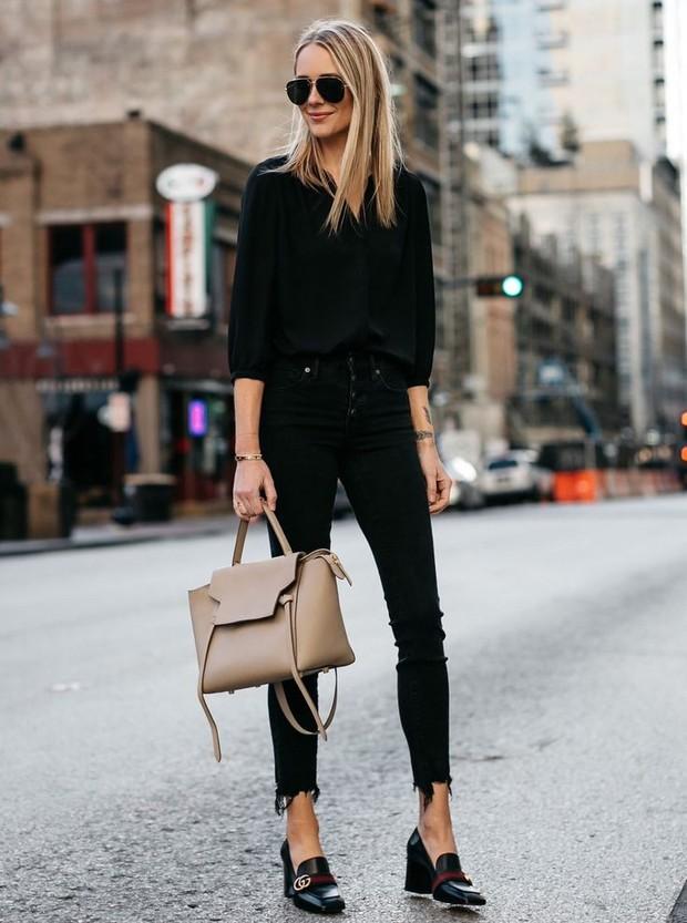 saat ini heeled loafers juga masih populer karena itu enggak ada salahnya mengenakan sepatu ini ke dalam penampilan kamu.