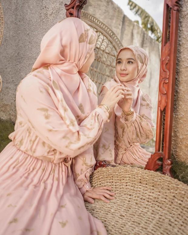 Hijab aksen peniti di leher terlihat sangat menawan/instagram.com/laudyachynthiabella