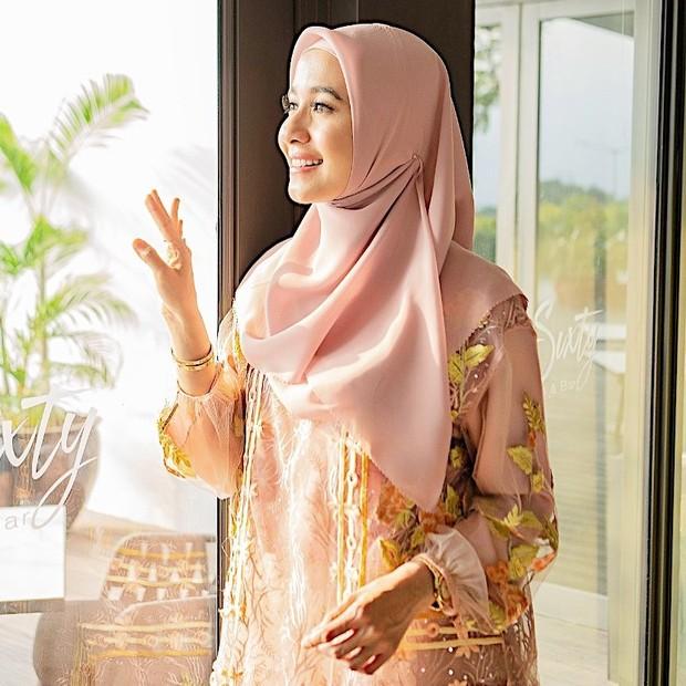 Hijab simpel polos dengan aksen dekat telinga/instagram.com/laudyachynthiabella