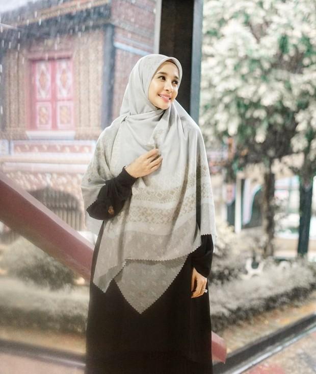 Hijab syari elegan bermotif sederhana namun anggun/instagram.com/laudyachynthiabella