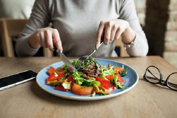Ilustrasi makan salad.