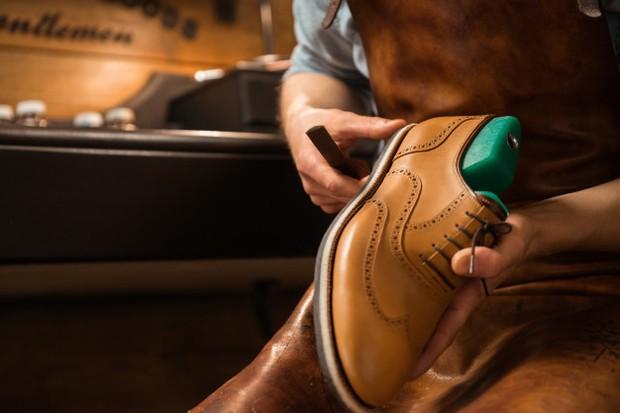 Ilustrasi mengganti sol sepatu.