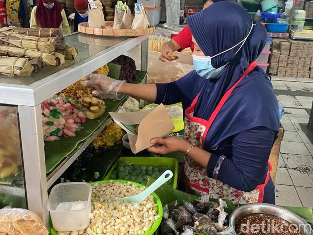 Jajan Lenjongan Yu Sum di Pasar Gede Solo yang Komplet Isinya
