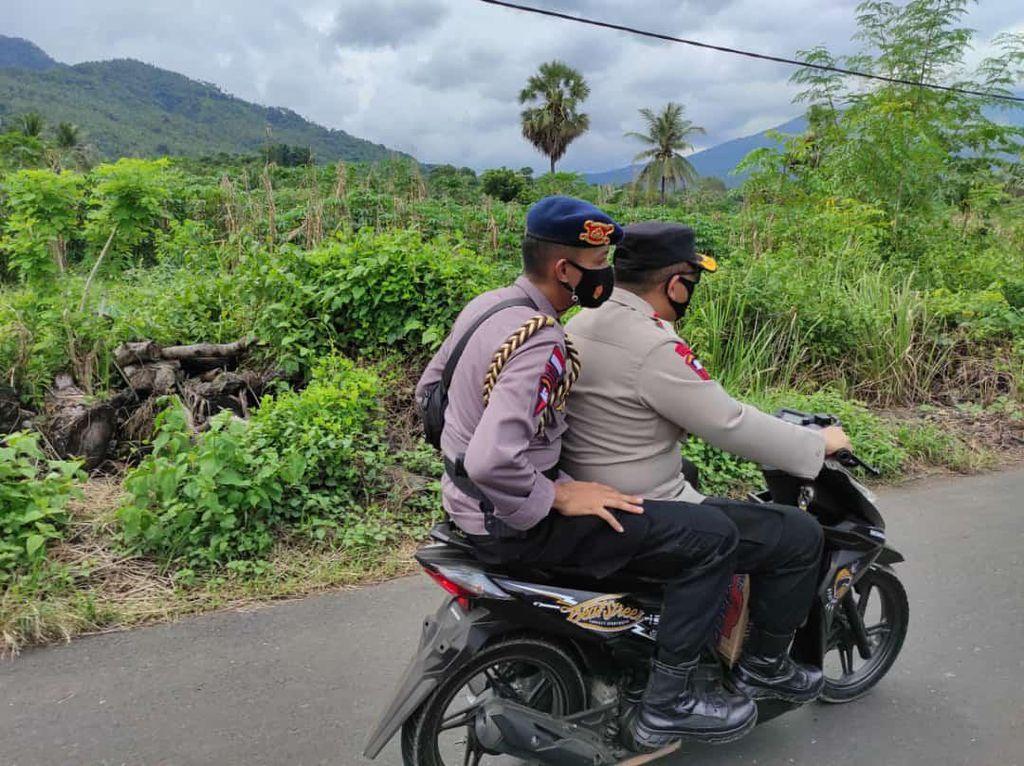 Kapolda NTT Ngojek 30 Km Pantau Warga-Antar Bantuan ke Desa Nelalemadike