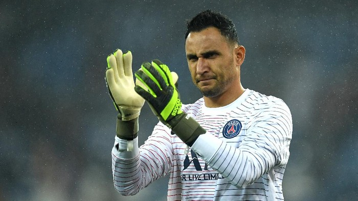 MADRID, SPAIN - NOVEMBER 26: Keylor Navas of Paris Saint-Germain acknowledges the fans prior to the UEFA Champions League group A match between Real Madrid and Paris Saint-Germain at Bernabeu on November 26, 2019 in Madrid, Spain. (Photo by David Ramos/Getty Images)