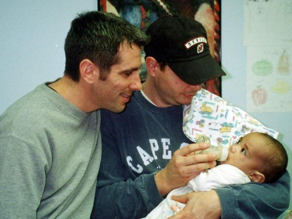 Kisah Pasangan Gay Temukan Bayi Telantar dan Merawatnya hingga Dewasa