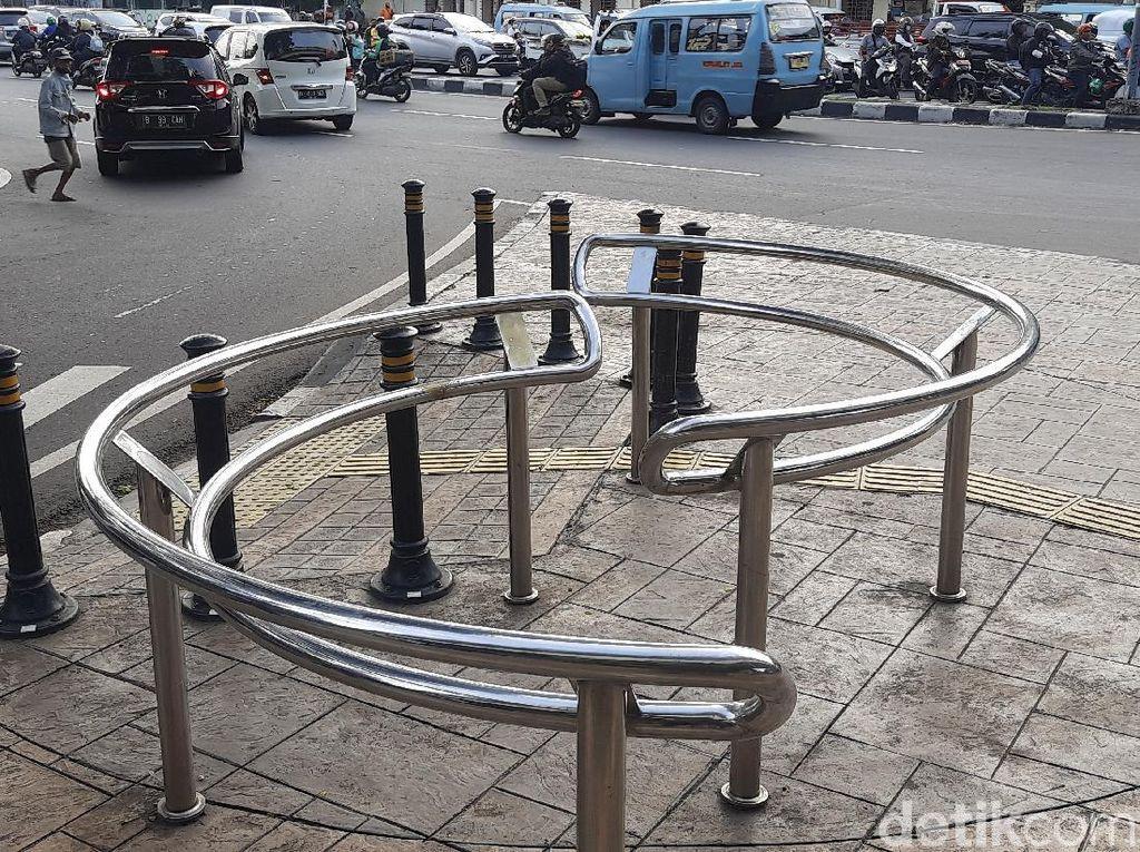 12 Portal S Pencegah Pemotor Bandel Segera Dipasang di Trotoar Jl Satrio