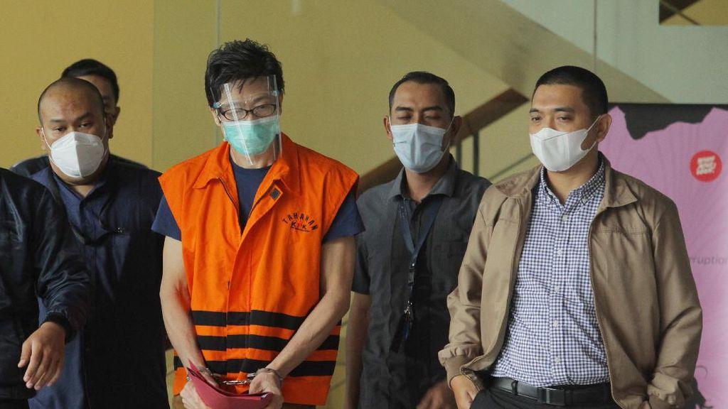 Potret Samin Tan Berbaju Tahanan dengan Tangan Diborgol