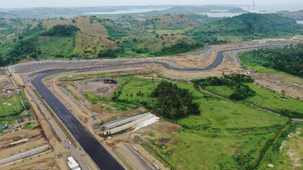 Foto udara pembangunan lintasan sirkuit pada proyek Mandalika International Street Circuit di Kawasan Ekonomi Khusus (KEK) Mandalika, Pujut, Praya, Lombok Tengah, Nusa Tenggara Barat, Selasa (6/4/2021). Pembangunan sirkuit itu ditargetkan selesai pada pertengahan tahun 2021. ANTARA FOTO/Akbar Nugroho Gumay/wsj.