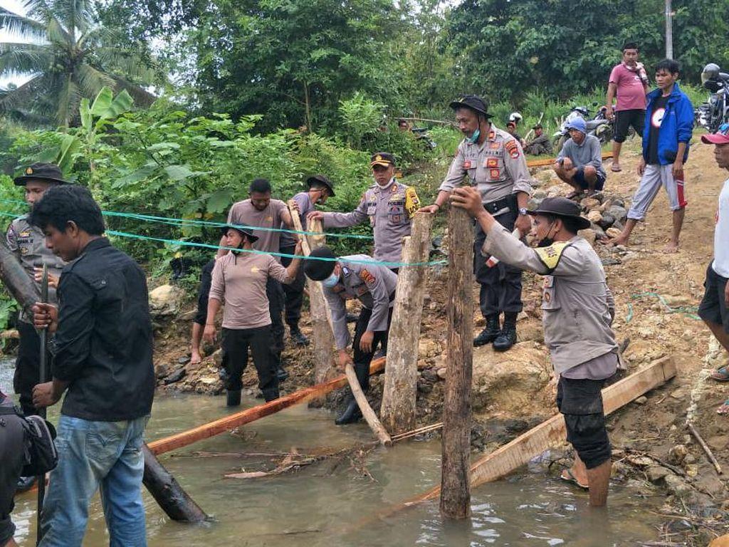 Polisi-Warga Perbaiki Jembatan Darurat yang Putus Diterjang Arus Sungai di NTB