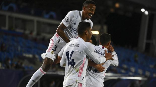Real Madrid's players celebrate their second goal during the UEFA Champions League first leg quarter-final football match between Real Madrid and Liverpool at the Alfredo di Stefano stadium in Valdebebas in the outskirts of Madrid on April 6, 2021. (Photo by GABRIEL BOUYS / AFP)