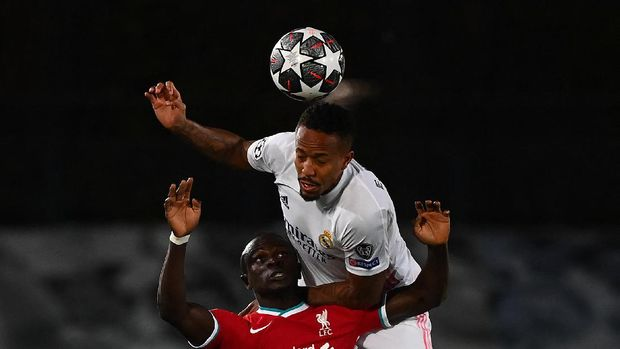 Real Madrid's Brazilian defender Eder Militao (back) heads the ball over Liverpool's Senegalese striker Sadio Mane during the UEFA Champions League first leg quarter-final football match between Real Madrid and Liverpool at the Alfredo di Stefano stadium in Valdebebas in the outskirts of Madrid on April 6, 2021. (Photo by GABRIEL BOUYS / AFP)